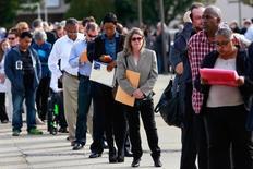 Personas esperan para entrar a una feria de trabajo en Uniondale, Nueva York  7 de Octubre, 2014. El número de estadounidenses que presentaron nuevas solicitudes de subsidios por desempleo bajó a un mínimo de 43 años la semana pasada, lo que apunta a un mercado laboral que mejora rápidamente y que podría permitir que la Reserva Federal suba sus tasas de interés el mes próximo.  REUTERS/Shannon Stapleton/File Photo
