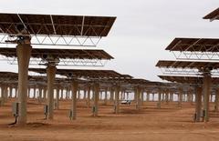 España y Marruecos firmaron el jueves en Marrakech un acuerdo para facilitar el intercambio de energía de fuentes renovables entre el país africano y la UE una vez esté completado el mercado único en Europa, dijo el Ministerio español de Energía en una nota de prensa.  En la imagen, una planta termosolar en construcción cerca de Ouarzazate, Marruecos, el 4 de noviembre de 2016. REUTERS/Youssef Boudlal
