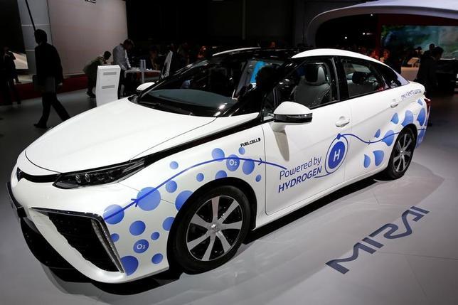 11月18日、トヨタ自動車の大西弘致・中国本部本部長は、中国で燃料電池車「ミライ」の試験を行っていると明らかにした。写真はパリのオートショーに出品された「ミライ」。9月撮影(2016年 ロイター/Benoit Tessier)