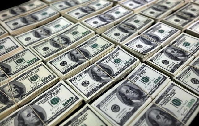 11月17日、インターブローカーディーラーのICAPによると、11月9日の米国債電子取引高が過去2番目の規模となった。米大統領選でのトランプ氏の勝利を受けて売買が大きく膨らんだ。写真の米ドル紙幣はペルーのリマで2015年10月撮影(2016年 ロイター/Guadalupe Pardo)