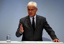 Volkswagen y sus potentes sindicatos acordaron un recorte de 30.000 puestos de trabajo en su marca principal a cambio de evitar despidos forzosos en Alemania hasta 2025, un compromiso que aún deja la rentabilidad del fabricante alemán por detrás de la de sus rivales. En la foto, el consejero delegado de Volkswagen,  Matthias Mueller, en una conferencia en Munich el 9 de noviembre de 2016.  REUTERS/Michael Dalder