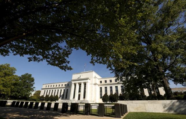 11月18日、米カンザスシティー連銀のジョージ総裁は、早めの利上げが米経済に恩恵をもたらすとの認識を示した。写真はワシントンのFRB。昨年9月撮影(2016年 ロイター/Kevin Lamarque)