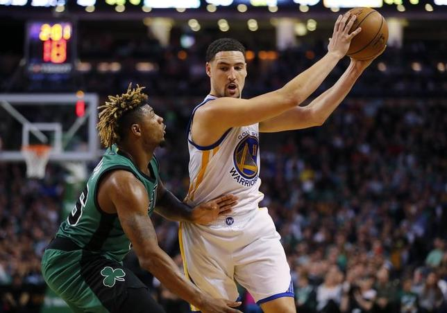 11月18日、NBAのウォリアーズはセルティックスを104─88で下し、6連勝とした。クレイ・トンプソン(右)が28得点をマーク(2016年 ロイター/Winslow Townson-USA TODAY Sports)