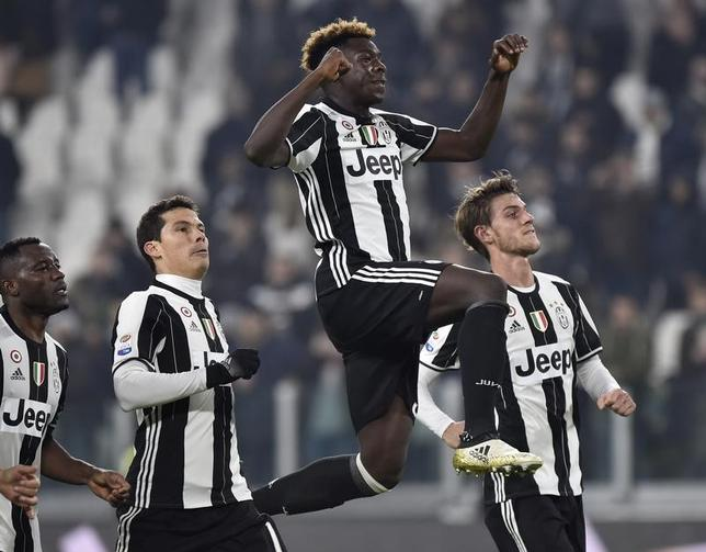 11月19日、サッカーのイタリア・セリエA、王者ユベントスはペスカラを3─0で下した。ユベントス期待の16歳モイーズ・キーン(右から2人目)が途中出場でデビュー(2016年 ロイター/Giorgio Perottino)
