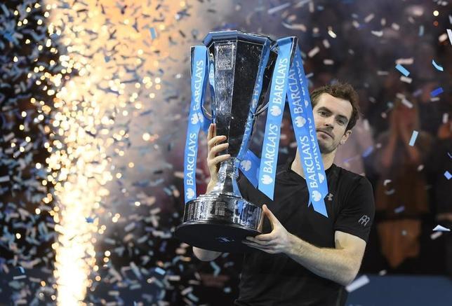 11月20日、男子テニスの年間成績上位8人が争う今季最終戦、ATPツアー・ファイナルはロンドンでシングルス決勝を行い、アンディ・マリー(写真)が同2位のノバク・ジョコビッチを6─3、6─4のストレートで下し、同大会初優勝を飾った(2016年 ロイター)