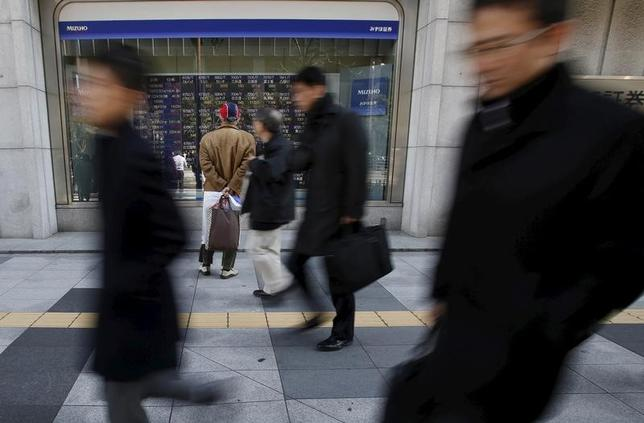 11月21日、前場の東京株式市場で、日経平均株価は前営業日比87円82銭高の1万8055円23銭と続伸。写真は都内で2月撮影(2016年 ロイター/Yuya Shino)