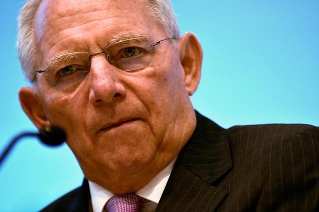 11月21日、ドイツのショイブレ財務相は、欧州中央銀行(ECB)に対し、金融緩和策の縮小を始めるよう求めた。写真はワシントンで10月撮影(2016年 ロイター/James Lawler Duggan)
