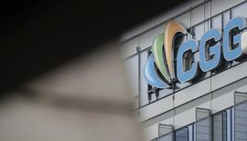 CGG touche son plus bas niveau depuis le début d'année à 12,8 euros, avec une baisse cumulée de près de 70%. Le titre accuse lundi un repli de -2,44%. /Photo d'archives/REUTERS/Christian Hartmann