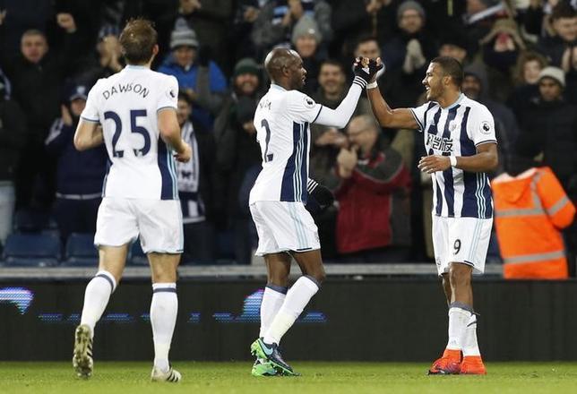 11月21日、サッカーのイングランド・プレミアリーグ、ウエストブロムウィッチはバーンリーに4─0で快勝。写真は得点を喜ぶウエストブロムウィッチの選手たち(2016年 ロイター)