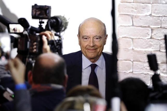 11月21日、来年のフランス大統領選に向け、中道・右派陣営の候補者を決める予備選の決選投票を前に、ジュペ元首相は、ライバルのフィヨン元首相がフランスを壊す可能性がある「乱暴な」経済政策を推し進めようとしていると非難した。写真はパリで20日撮影(2016年 ロイター/Charles Platiau)