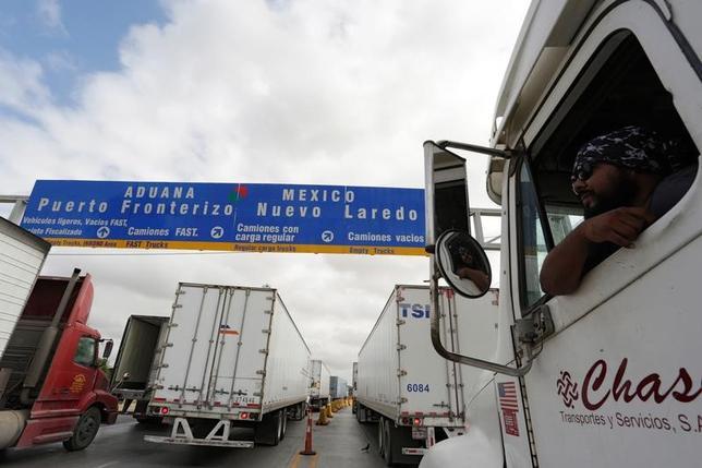 11月22日、トランプ次期米大統領はNAFTAの再交渉に臨む計画だが、締結国のカナダとメキシコも難しい譲歩を迫る可能性があり、米国の思うようにばかりはいかないとみられる。メキシコと米国の国境近くの税関で2日撮影(2016年 ロイター/Daniel Becerril)