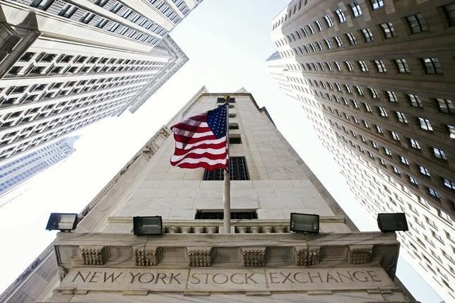 11月22日、米国株式市場は続伸して取引を終えた。主要3指数が連日で過去最高値を更新し、ダウ平均は史上初めて1万9000ドルを超えた。NY証券取引所前の風景。昨年撮影(2016年 ロイター/Lucas Jackson)