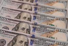 Стодолларовые банкноты. Доллар торгуется в среду вблизи недавних максимумов 13 с половиной лет, взяв некоторую передышку после роста, обусловленного ожиданиями более скорого, чем предполагалось ранее, повышения процентных ставок в США вследствие перспективы увеличения бюджетных расходов при администрации Дональда Трампа.  REUTERS/Valentyn Ogirenko/Illustration