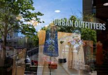 Urban Outfitters, à suivre à Wall Street, a perdu 9,4% mardi en après-Bourse. Le distributeur d'articles de confection a publié un chiffre d'affaires à périmètre comparable inférieur aux attentes des analystes, en raison d'une baisse de l'affluence en dépit des promotions consenties. /Photo prise le 13 mai 2016/REUTERS/Jim Young
