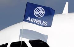 Airbus, en tête du CAC 40 à la clôture de la Bourse de Paris.  La valeur a gagné 2,36% à 59,78 euros, soutenue par la remontée du dollar, qui a atteint un plus haut depuis 13 ans contre l'euro. /Photo d'archives/REUTERS/Régis Duvignau