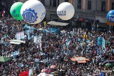 Manifestantes de organizaciones sociales protestan fuera del Congreso argentino en Buenos Aires. 18, de noviembre de 2016. Representantes del sector empresarial de Argentina firmaron el miércoles un documento en el que se comprometen a no despedir trabajadores sin causa hasta marzo de 2017, tras un aumento del desempleo este año por una dura recesión. REUTERS/Agustin Marcarian