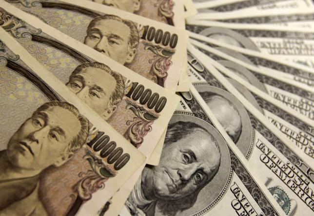 11月24日、低金利を背景に生命保険会社が外貨建て資産を増加させるなか、為替変動が収益に与える影響が大きくなっている。写真は都内で2009年11月撮影(2016年 ロイター/Yuriko Nakao)
