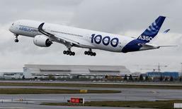 L'A350-1000, le plus gros bimoteur civil européen grâce auquel Airbus espère concurrencer le 777 de Boeing, a décollé jeudi matin de Toulouse pour son premier vol d'essai. /Photo prise le 24 novembre 2016/REUTERS/Régis Duvignau