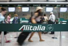 Alitalia pourrait supprimer jusqu'à 2.000 emplois, soit un sixième de ses effectifs, pour répondre à la volonté de son actionnaire principal Etihad Airways de voir la compagnie aérienne italienne s'engager dans une profonde restructuration afin de ne plus accumuler les pertes. /Photo d'archives/REUTERS/Max Rossi