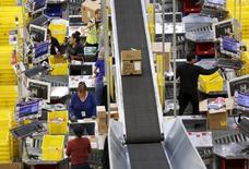Des employés d'Amazon préparent des commandes pour Thanksgiving 2015. Les Américains ont dépensé jeudi 1,15 milliard de dollars (1,09 milliard d'euros) sur internet à l'occasion de Thanksgiving, un chiffre en hausse de près de 14% sur un an, montrent les données publiées par Adobe Digital Index. /Photo d'archives/REUTERS/Fred Greaves