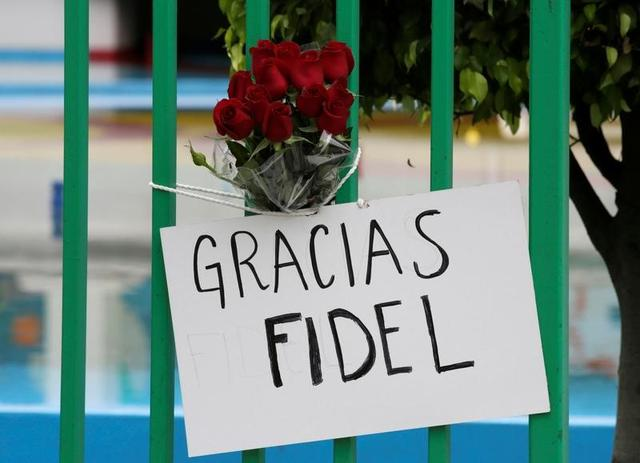A placard and flowers are seen outside the Cuban Embassy as a tribute following the announcement of the death of Cuban revolutionary leader Fidel Castro, in Mexico City, Mexico, November 26, 2016. The placard reads: ''Thanks, Fidel''. REUTERS/Henry Romero