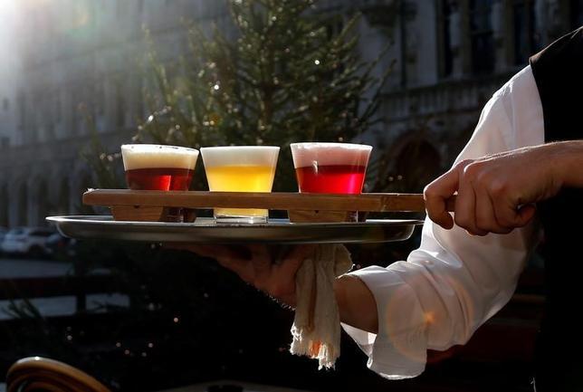 11月25日、ベルギービールの製造・飲用文化は、3つの公用語を持つ国民のアイデンティティー形成につながっているとして、同国のドイツ語圏が、ユネスコの無形文化遺産登録を申請した。ブリュッセルの広場グランプラスで撮影(2016年 ロイター/Francois Lenoir)