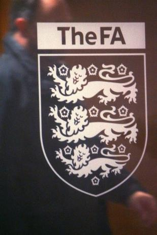 11月27日、イングランド・サッカー協会(FA)はプロサッカークラブで子どもに対する性的虐待が起きているとされる問題について、独立検査機関に依頼して内部調査を開始したと発表した。写真はFAのロゴ。2007年12月撮影(2016年 ロイター/Toby Melville)