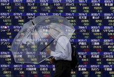 L'indice Nikkei de la Bourse de Tokyo a fini en légère baisse lundi. Il a perdu 0,13%, soit 24,33 points, à 18.356,89 points tandis que le Topix, plus large, a pris 0,34%. /Photo d'archives/REUTERS/Issei Kato