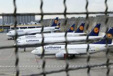 Lufthansa cancelará 1.700 vuelos previstos para el martes y el miércoles debido a una huelga de pilotos, anunció la aerolínea alemana en su cuenta de Twitter. En la imagen, aviones de Lufthansa en el aeropuerto de Fráncfort el 223 de noviembre de 2016. REUTERS/Ralph Orlowski/File Photo