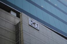 El logo de la constructora mexicana ICA en Ciudad de México,8 de marzo, 2016. La constructora mexicana ICA casi duplicó su pérdida neta en el tercer trimestre interanual a 4,970 millones de pesos (256.4 millones de dólares) debido en parte a pérdidas cambiarias, de acuerdo al reporte de la empresa presentado el lunes. REUTERS/Edgard Garrido - RTS9X69