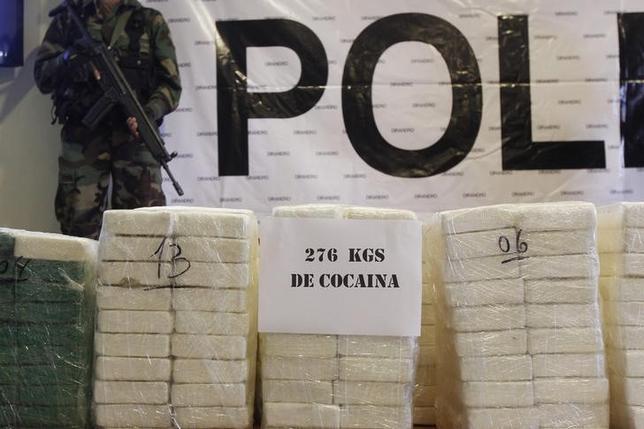 11月28日、ペルーでは近年、港湾を介した麻薬密輸が急増している。写真は押収されたコカイン、リマで2014年11月撮影(2016年 ロイター/Enrique Castro-Mendivil)