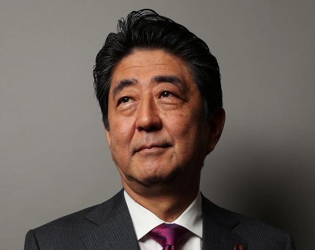 11月29日、安倍晋三首相(写真)は官邸で開いた働き方改革実現会議で、「同一労働同一賃金」の実現に向け、次回会合で政府のガイドライン案を提示する考えを示した。9月撮影(2016年 ロイターJapanese Prime Minister Shinzo Abe poses for a portrait as he arrives for a Reuters Ne/Andrew Kelly)