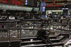 Брокер отдыхает на торговой площадке фондовой биржи Чикаго 28 января 2009 года. Чикагская фондовая биржа поделилась деталями в связи с ее предстоящим поглощением китайскими инвесторами, объясняя, что официальный Пекин не имеет отношения к сделке, вызывающей политический резонанс. REUTERS/Frank Polich