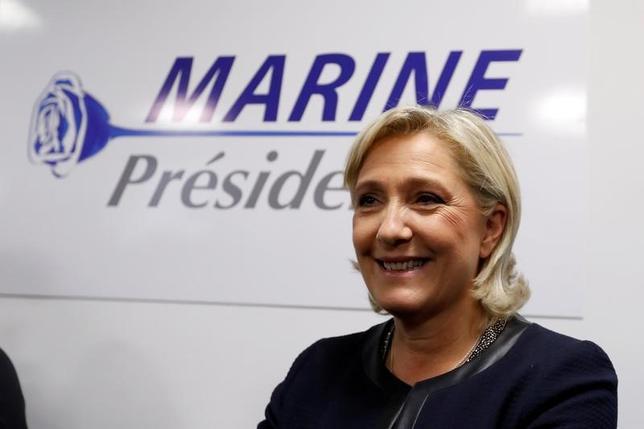 11月28日、来年のフランス大統領選は、中道・右派の予備選を制したフランソワ・フィヨン元首相が既成政党の代表として、反EUと反移民を掲げる極右の国民戦線のマリーヌ・ルペン党首(写真)の挑戦を受ける構図となってきた。パリで16日撮影(2016年 ロイター/Charles Platiau)