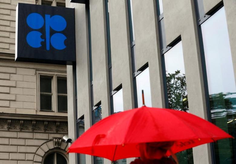 2016年10月4日,维也纳,一名持伞的行人经过石油输出国组织(OPEC)总部大楼。REUTERS/Heinz-Peter Bader
