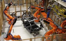 La production industrielle au Japon a progressé de manière inattendue en octobre et les professionnels du secteur prédisent une hausse encore nettement plus forte ce mois-ci. La progression en octobre a été de 0,1% par rapport au mois précédent, alors que les économistes interrogés par Reuters avaient pour prévision médiane un recul de 0,1%. /Photo d'archives/REUTERS/Fabrizio Bensch