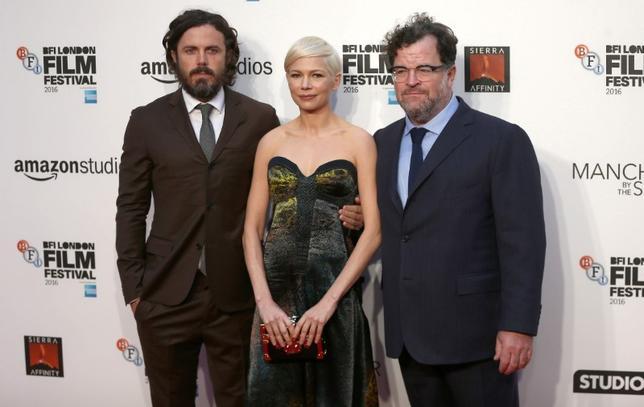 11月29日、アカデミー賞前哨戦の1つとして注目されるナショナル・ボード・オブ・レビュー(NBR、米国映画批評会議)賞が発表され、「Manchester by the Sea(原題)」が最優秀作品賞に選ばれた。写真は10月にロンドンで撮影。出演俳優ケイシー・アフレック(左)とミシェル・ウィリアムズ(中)、ケネス・ロナーガン監督(右)(2016年 ロイター/Neil Hall)