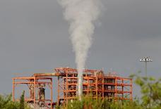 Una vista a la compañía nacional de Crudo de México, Pemex, en una de sus refinerías en Cadereyta, Nuevo León, México. 31 de Julio, 2016. México espera adjudicar al menos cuatro de los 10 contratos en aguas profundas del Golfo de México que serán licitados la próxima semana, además de encontrar socios para que la petrolera estatal Pemex desarrolle el bloque Trión, dijo el martes el secretario de Energía. REUTERS/Daniel Becerril - RTSKGVQ