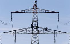 La Comisión Europea presentó el miércoles una reforma para la red eléctrica europea más allá de 2020, proponiendo una reducción del malgasto energético, una mejor integración de las redes renovables y la eliminación de las subvenciones a la generación eléctrica a partir de carbón.  En la imagen de archivo, empleados trabajan en una torre de alta tensión cerca de Munich REUTERS/Michaela Rehle