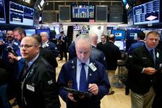 Трейдеры на Уолл-стрит. Индексы Dow и S&P 500 достигли рекордных внутридневных максимумов в среду благодаря подъему энергетического и банковского секторов.  REUTERS/Brendan McDermid