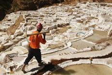 En la imagen, un trabajador camina a través de las piscinas de sal en las minas Maras, en Cuzco, 3 de julio 2009. El sector de minería e hidrocarburos de Perú creció un 15,58 por ciento interanual en octubre, acumulando 20 meses de expansión consecutiva debido a una mayor extracción de cobre, plata y molibdeno, informó el jueves el Gobierno.  REUTERS/Enrique Castro-Mendivil (PERU SOCIETY) - RTR25AZ9