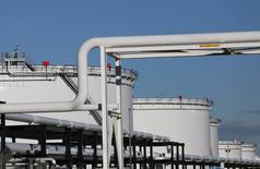 Нефтехранилища на терминале Kinder Morgan в Альберте, Канада. Цены на нефть продолжают демонстрировать положительную динамику после решения ОПЕК и России снизить добычу и в четверг выросли на $1 за баррель.  REUTERS/Chris Helgren