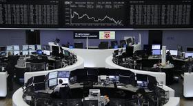 Les principales Bourses européennes ont terminé en baisse jeudi malgré le soutien des cours du pétrole, qui poursuivent leur envolée au lendemain du premier accord de réduction de la production de l'Opep en huit ans.  L'indice CAC 40 a terminé en repli de 0,39%, le Footsie britannique a perdu 0,45% et le Dax allemand 1,0%. /Photo prise le 1er decembre 2016/REUTERS