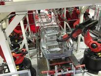 Robots armando un vehículo en la planta de Tesla en Fremont, EEUU, jul 25, 2016. La actividad de manufacturas se aceleró a un máximo de cinco meses en noviembre en Estados Unidos, por un avance de las producción y de los nuevos pedidos, lo que aporta más evidencia de que la economía ganó impulso en el comienzo del cuarto trimestre.   REUTERS/Joseph White/File Photo