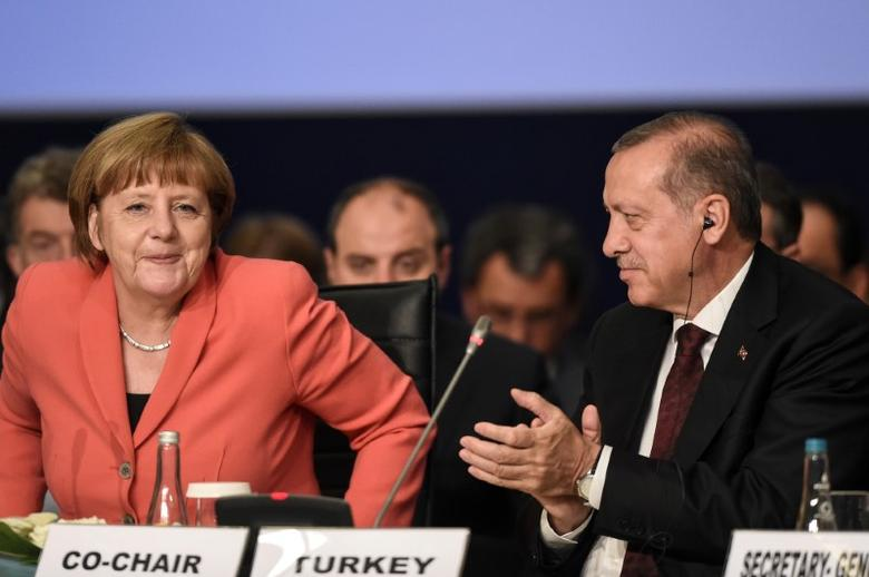 Turkish President Tayyip Erdogan (R) and German Chancellor Angela Merkel are pictured during the World Humanitarian Summit in Istanbul, Turkey, May 23, 2016. REUTERS/Ozan Kose/Pool