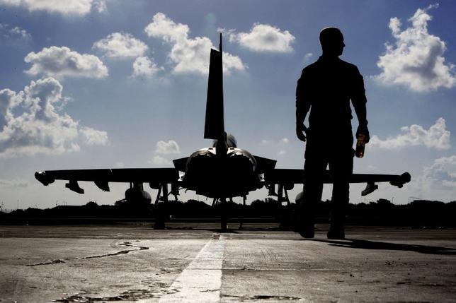 12月1日、英国のキム・ダロク駐米大使は、日本に派遣している英空軍のタイフーン戦闘機に南シナ海上空を飛行させ、2020年に就役する空母2隻を太平洋に派遣する見通しだと述べた。南シナ海での航行の自由を守るのが目的だという。写真はキプロスのイギリス空軍基地で9月撮影(2016年 ロイター/Petros Karadjias)