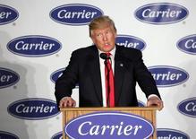 """El presidente electo Donald Trump advirtió el jueves que las compañías estadounidenses afrontarán """"consecuencias"""" por llevar puestos de trabajo al extranjero, y celebró haber persuadido a un fabricante de aparatos de aire acondicionado para mantener unos 1.000 empleos en el país en vez de llevarlos a México. En la imagen, el presidente electo de EEUU Donald Trump en un evento de HVAC en su planta de Indianapolis, Indiana, EEUU, el 1 de diciembre de 2016. REUTERS/Chris Bergin"""