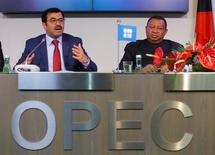 Президент ОПЕК Мохаммед бин Салех аль-Сада и генеральный секретарь ОПЕК Мохаммад Баркиндо на пресс-конференции после заседания в Вене. Россия заявила о готовности сократить добычу нефти с текущего уровня вслед за ОПЕК, что, скорее всего, произойдёт за счет снижения темпов роста бурения на старых месторождениях, прежде всего, крупными нефтекомпаниями со связями в Кремле. REUTERS/Heinz-Peter Bader
