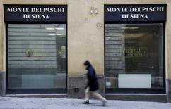 L'Italie discute avec la Commission européenne des modalités d'un éventuel plan de sauvetage par l'Etat de la banque en difficulté Monte dei Paschi. /Photo d'archives/REUTERS/Max Rossi