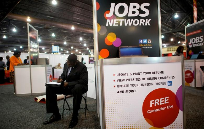 A job-seeker completes an application at a career job fair in Philadelphia, Pennsylvania, U.S. July 25, 2013.  REUTERS/Mark Makela/File Photo